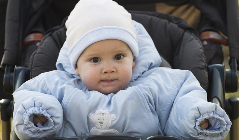Was besser ist und was Babys tragen sollten, können Eltern individuell entscheiden. Wichtig ist, dass dem Kleinen nicht zu kalt ist und es dennoch nicht schwitzt.