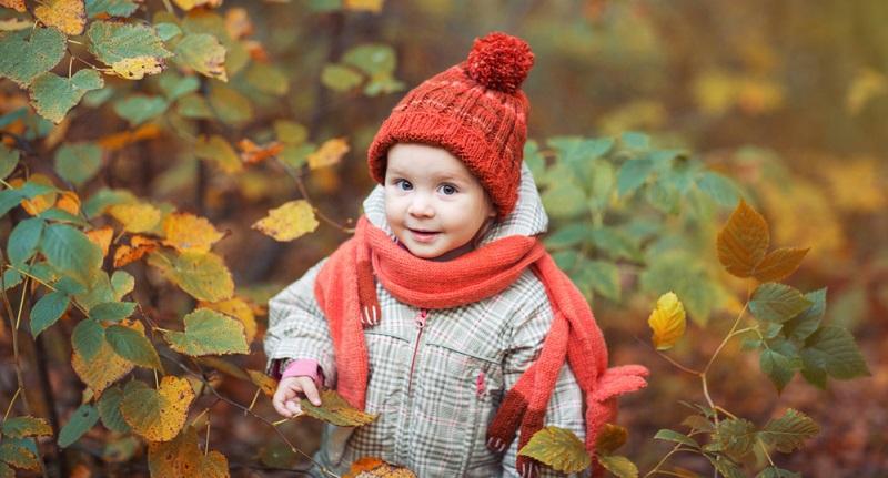 Das ist die Lösung: Ein Baby anziehen im Winter geht nämlich am besten mit dem auch bei Erwachsenen sinnvollen Zwiebelprinzip.