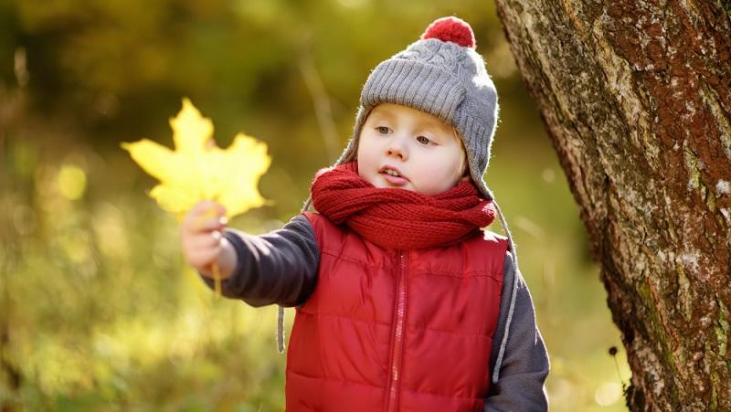 Es friert, wenn Hände und Füße eisig sind. Das Kind verliert die Wärme des Körpers zuerst über diese Körperteile.