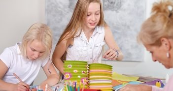 Basteln mit Kleinkindern: wie beeinflusst es die Entwicklung?