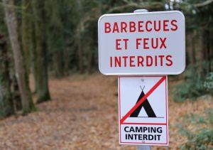 Nicht überall in der Auvergne ist das Campen erlaubt. Man sollte nach Verbotsschildern wie diesem hier Ausschau halten - oder sich an ausgewiesene Campingplätze halten. (#3)