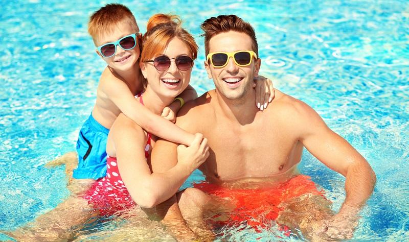 Nicht nur die Campingplätze im Süden Frankreichs bieten Swimmingpools in verschiedenen Größen und Ausstattungen, auch die übrigen Plätze richten sich mehr und mehr auf die Gäste ein, die zu jeder Zeit und Stunde Wassersport und Freizeitspaß mit Wasser lieben. So ist die Auswahl der Plätze mittlerweile schwer geworden. (#02)