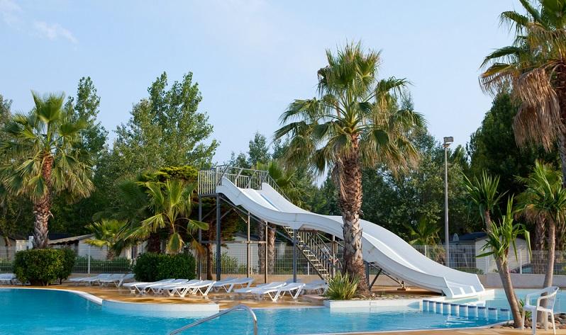 In Frankreich lieben es die Menschen, zum Camping zu fahren und den Urlaub auf dem Campingplatz zu verbringen. Die sehr gute Ausstattung der Plätze, die teilweise mit fünf Sternen bewertet werden, lässt sich jeden wohlfühlen und vor allem Familien mit Kindern finden hier immer Beschäftigungsmöglichkeiten. (#01)