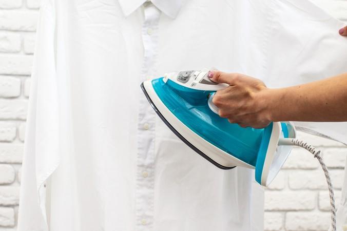 Das Dampfbügeleisen kann man auch prima an hängenden Kleidungsstücken benutzen. (#4)