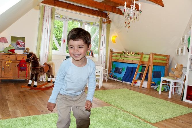 Hochbetten sind vor allem für ältere Kinder ein besonderes Möbelstück, das das Kinderzimmer zu einem spektakulären Ort macht. (#01)