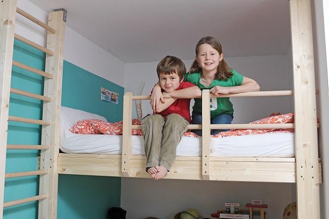 Ein Lattenrost im Hochbett kann durch zusätzliche Verschraubungen sicher befestigt werden. Wenn die Stabilität des Etagenbetts stimmt, muss auch dafür gesorgt werden, dass die Kinder im Schlaf nicht versehentlich aus dem Bett fallen können und der Aufstieg ins Bett sicher gestaltet ist. (#02)