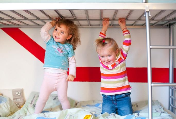 Hochbetten gibt es in vielen verschiedenen Ausführungen, bei denen garantiert jede Familie fündig wird. Ob farbige Etagenbetten für bunten Spielspaß oder dezente Hochbetten in Weiß – lassen Sie sich von dem breiten Sortiment an Etagenbetten begeistern. (#03)