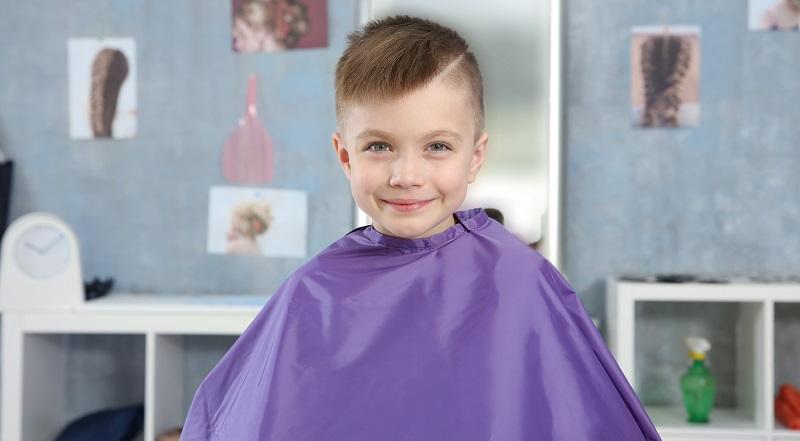 Ein Haarschnitt mit bravem Scheitel? Warum denn nicht, mögen viele Mütter sagen, die ihren kleinen (B)Engel ansehen und genau wissen, dass sich hinter der niedlichen Kinderfrisur ein Junge versteckt, der ganz und gar nicht einfach nur brav ist. ( Foto: Shutterstock- Africa Studio)