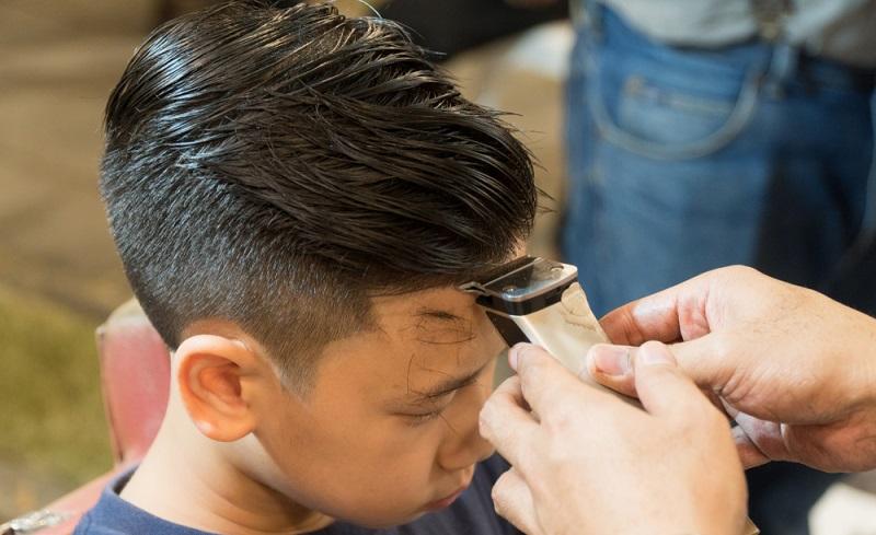 Viele Jungen lieben diese Kinderfrisur: Hierbei ist das Deckhaar etwas länger, damit wird der Look automatisch cool.  ( Foto: Shutterstock-myboys.me)