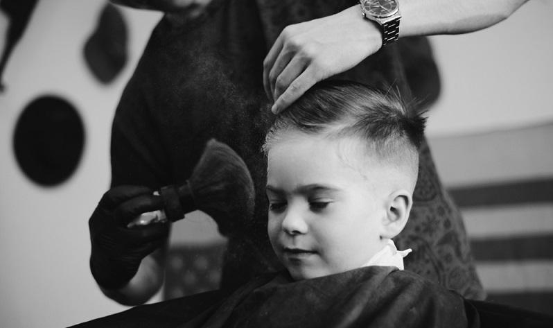 Bis zum Grundschulalter bestimmen meist noch die Eltern, welche Kinderfrisur Jungen zieren wird. Doch was macht eine gute Jungsfrisur aus? ( Foto: Shutterstock-Stenko Vlad  )