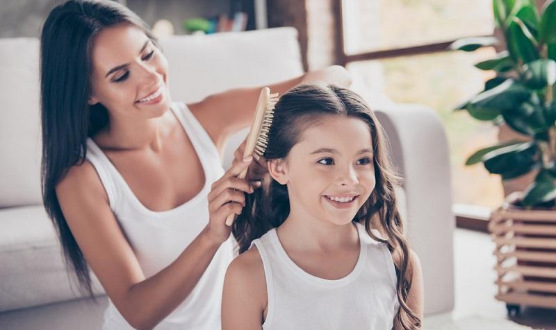 Die Frisur ist für alle Mädchen ideal, die die Haare gern offen haben wollen, die es aber sehr anstrengend finden, wenn diese stets ins Gesicht fallen. ( Foto: Shutterstock-Roman Samborskyi )