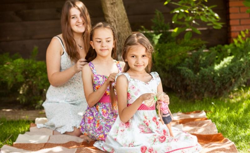Nicht alle Mädchen haben natürliche Locken, doch viele hätten gern welche für tolle Kinderfrisuren. Ehe Mama aber den zarten Kinderhaaren mit dem Lockenstab zu Leibe rückt, sollte eher die Flechtvariante zum Einsatz kommen.  ( Foto: Shutterstock-_ kryzhov )