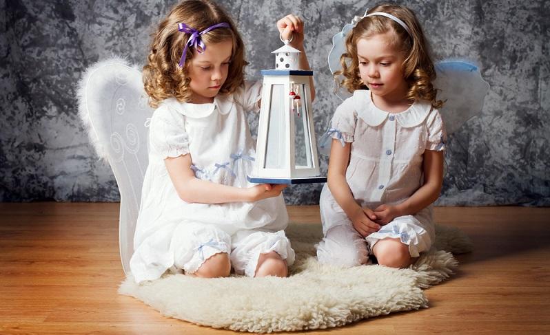 Viele kleine Mädchen haben hübsche Locken, die sie aber oft nicht mögen, weil sie immer wieder entwirrt werden müssen.  ( Foto: Shutterstock-Shumilina Maria)
