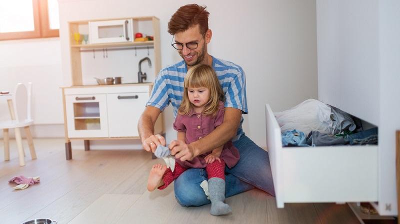 Es gibt inzwischen viele Anbieter, die sich mit der Thematik beschäftigen. Hier können Eltern <strong>gegen eine Gebühr den Kleiderschrank füllen</strong> und das Mietpaket ganz nach den persönlichen Wünschen zusammenstellen.  ( Foto: Shutterstock-pikselstock )