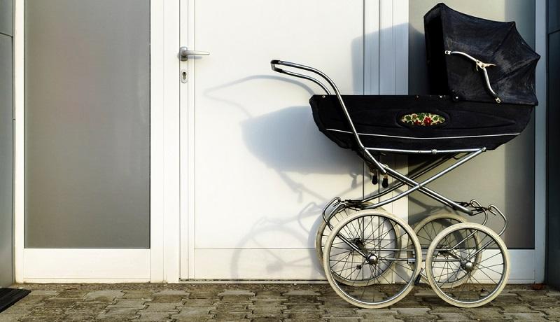 Nicht nur, dass das Baby gut und sicher liegen soll: Auch die Eltern wollen mit den gewählten Kinderwagenarten zufrieden sein und sich wohlfühlen.