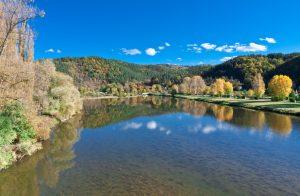 Die Natur spiegelt sich hier im glasklaren Wasser der Loire bei Chamalières. Wen wundert es, wenn man sich hier auf dem Campingplatz ein wenig Luxus gönnen möchte? (#4)