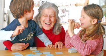 Mit Memory scheinen Oma und Enkelkinder jede Menge Spass zu haben
