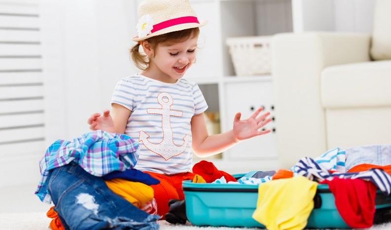 Gerade sehr kleine Kinder sind schneller beim Auspacken, als die Eltern alles festhalten können. Geben Sie daher Ihren Kindern eigene kleine Taschen, die sie packen können. (#01)