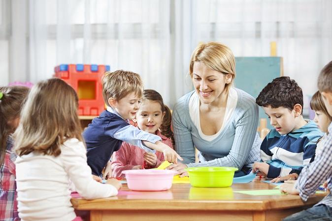 Kleinkinder entwickeln sich rapide! Sie erlernen motorische sowie sprachliche Fähigkeiten, arbeiten kreativ und setzen sich mit ihrem sozialen Umfeld auseinander. (#01)