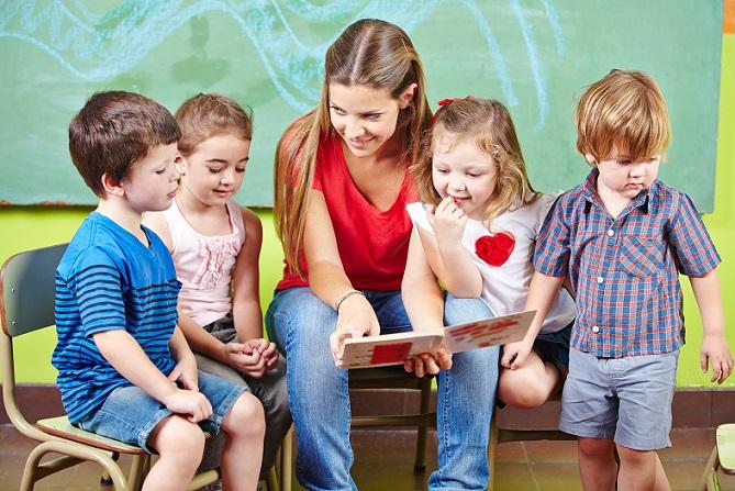 Einmal in der Woche setzen sich Erzieher/innen und Kinder dann zusammen und wählen besondere Werke für das Portfolio aus. (#03)