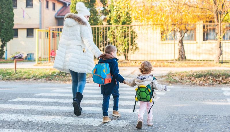 Soll ein Schulranzen sich im Alltag beweisen, muss er nicht nur leicht und gut sichtbar sein. Er muss auch Platz für all das bieten, was mit in die Schule muss. (#03)