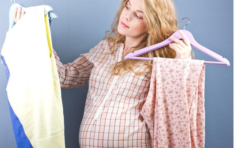 Wenn es um die richtige Kleidung für die Schwangerschaft geht, sind Oberteile in der Regel nicht das Problem. Selbst mit wachsendem Bauch können die allermeisten T-Shirts, Longsleeves und Pullis 'mitwachsen'. Anders verhält es sich jedoch bei Hosen. (#02)