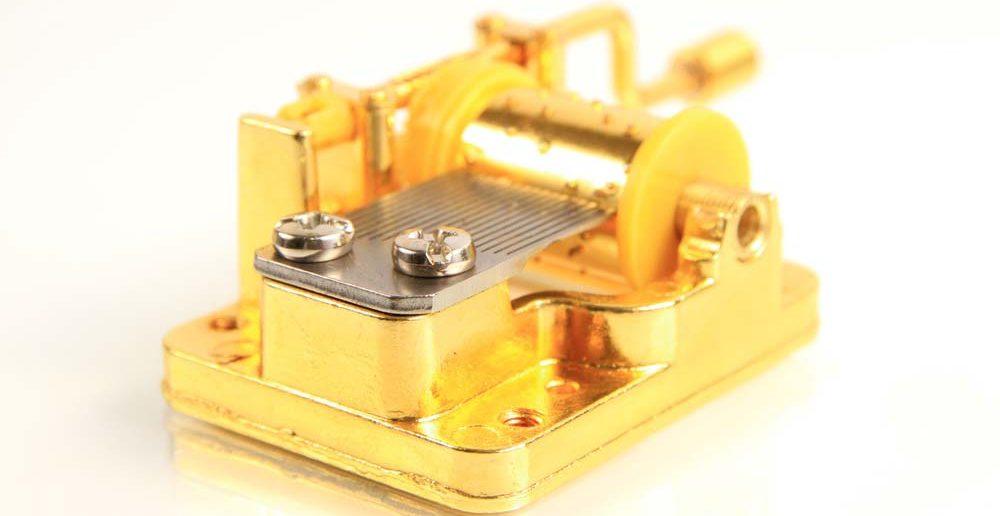 7. Tipp für Taufgeschenke: eine goldene Spieluhr für klangvolle Träume schenken.