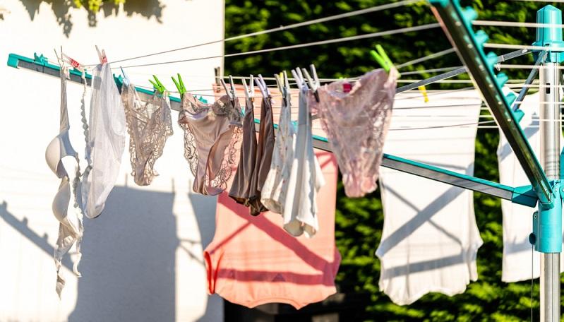 Auf dem Waschetikett ist vermerkt, bei welchen Temperaturen die Unterwäsche gewaschen werden kann, ob sie in den Trockner darf und aus welchem Material sie besteht.   ( Foto: Shutterstock- Chris Stoneborn)