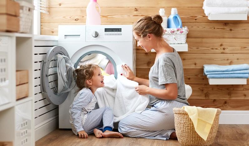 Natürlich besteht die Möglichkeit, Unterwäsche mit anderer Bekleidung bei Temperaturen von 30°C zu waschen. Empfehlenswert ist dies aber nicht. ( Foto: Shutterstock- Evgeny Atamanenko)