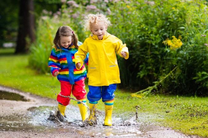 Wasserfeste Kleidung braucht besondere Pflege, damit sie die Kinder beim Spielen im Regen zuverlässig schützt. (#6)