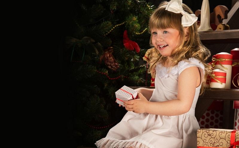 Für kleine Kinder ist der Zeitpunkt, wenn die Geschenke überreicht werden, das Wichtigste an Weihnachten.  (#02)