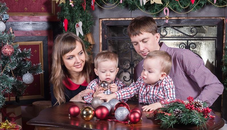 Die weihnachtstaugliche Kleidung soll zeigen, dass ein besonderes Fest begangen wird. Einige Familien verzichten darauf, doch in vielen Haushalten soll das Traditionsbewusstsein durch die festliche Bekleidung bewahrt werden.  (#04)