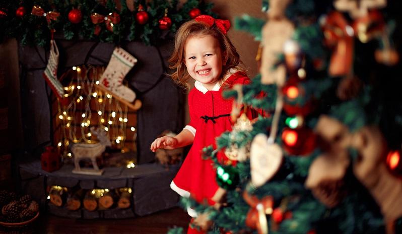 Zu Weihnachten soll alles harmonisch und perfekt sein? Das besinnliche Fest verläuft erst dann entspannt, wenn man auf Perfektionismus verzichtet, auch bei der festlichen Kleidung. (#01)