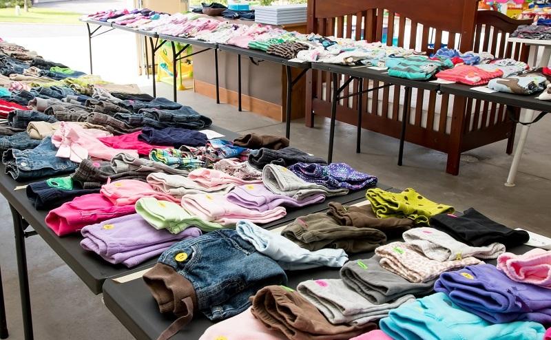 Andere Eltern finden es sinnvoller, Kinderkleidung gebraucht zu kaufen, weil die Kinder sehr schnell wachsen und man auf diese Weise für den relativ kurzen Zeitraum trotzdem qualitativ hochwertige Kleidung günstig kaufen kann. (#02)